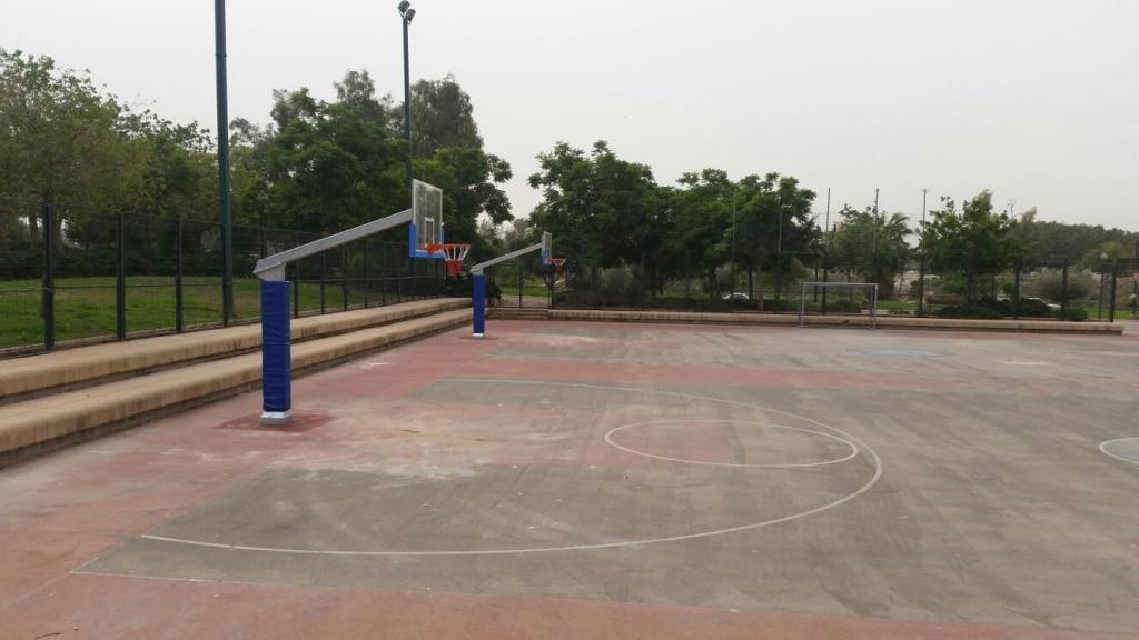 התקנת מתקני כדורסל בפארק אור יהודה
