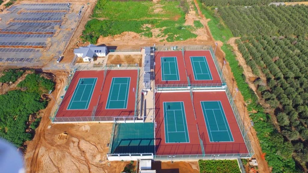 """שישה מגרשי טניס,במרכז הטניס כ""""ס הירוקה"""