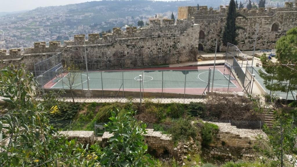מגרש משולב התקנת מתקנים ציפוי וסימון המגרש – ירושלים